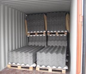 пачка асбестоцементных листов в контейнере