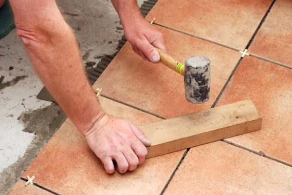Как правильно укладывать напольную плитку своими руками