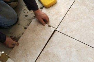 как уложить напольную плитку у стен и дверей