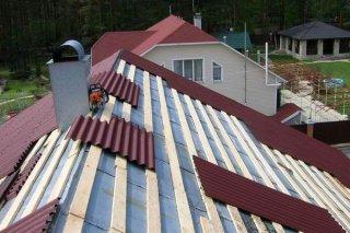 укладываем шифер на крышу